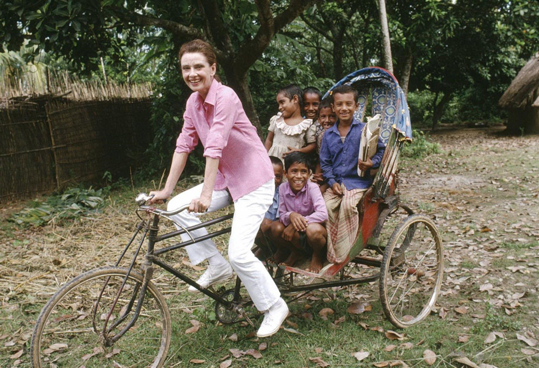 Un'allegra immagine di Audrey Hepburn durante la sua missione in Bangladesh dell'ottobre 1989 - ©UNICEF/UNI40131/Isaac