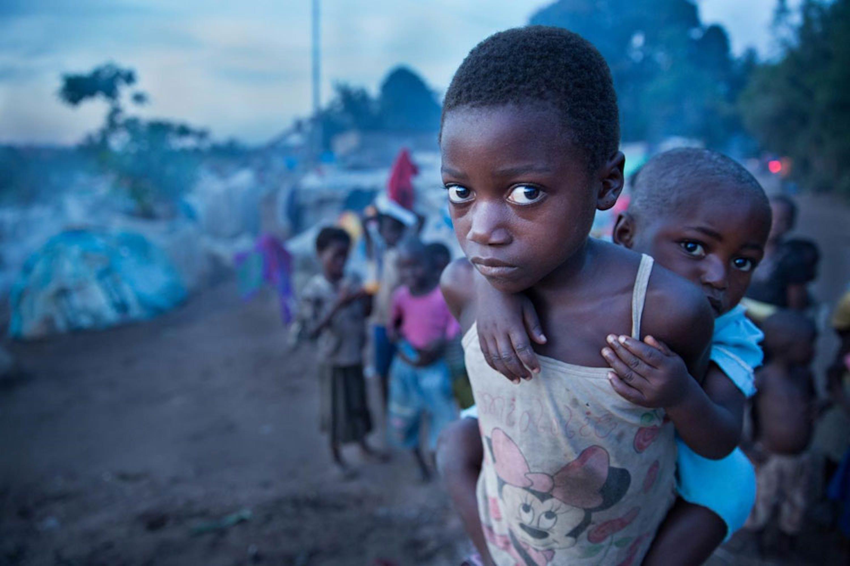 Accampamenti di fortuna come questo, nei dintorni della città di Kalemie sono i luoghi in cui sono costretti a vivere 1,3 milioni di sfollati nell'est della Repubblica Democratica del Congo - ©UNICEF/UN0156457/Vockel