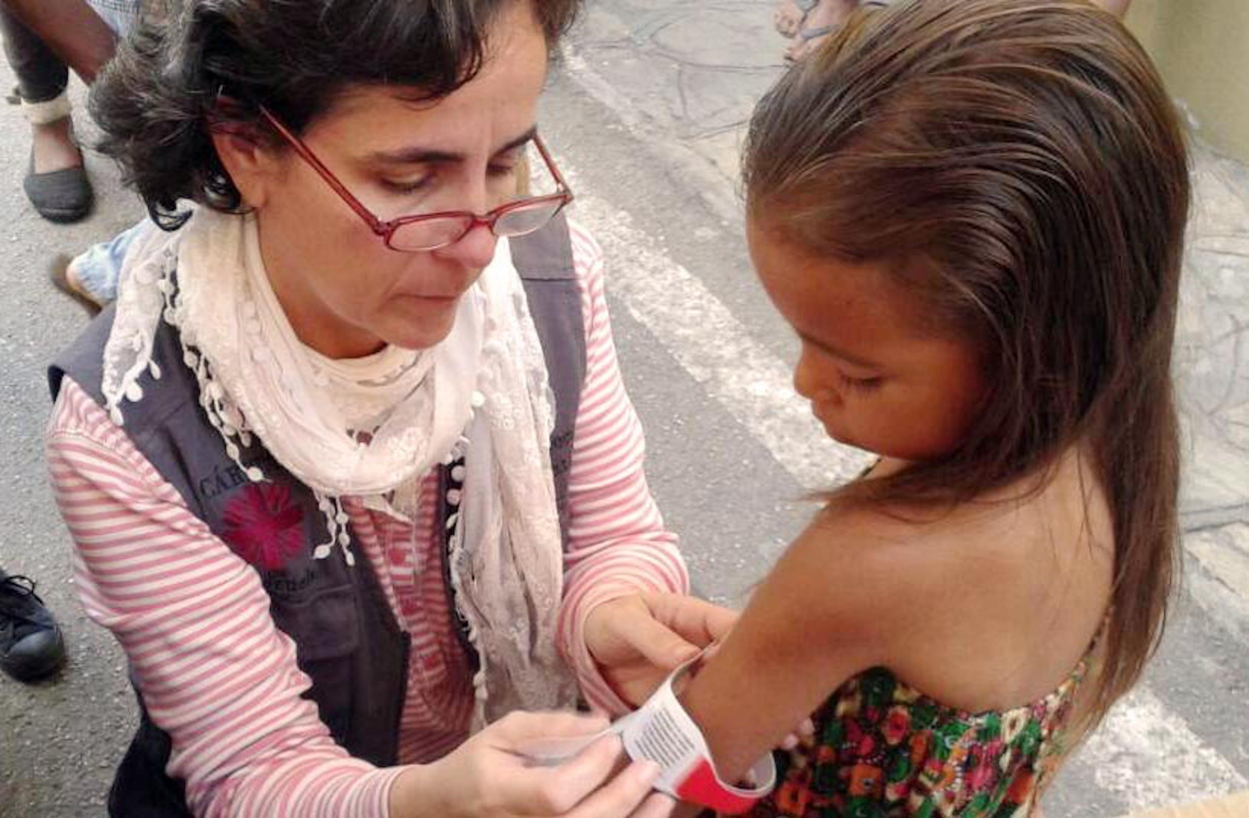 Il monitoraggio dello stato di malnutrizione di una bambina: in Venezuela un bambino su 6 soffre di deperimento - ©Caritas Venezuela