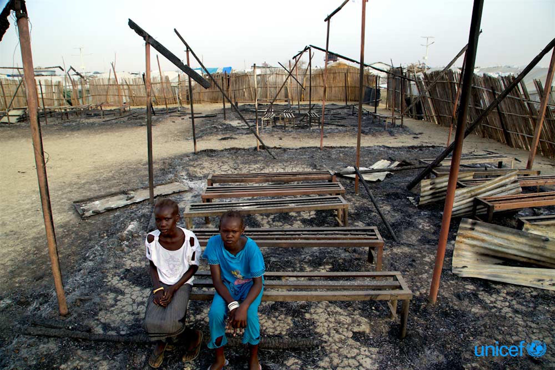 Due bambini fra le rovine bruciate della loro scuola a Malakai, Sud Sudan - © UNICEF/UN018992/George