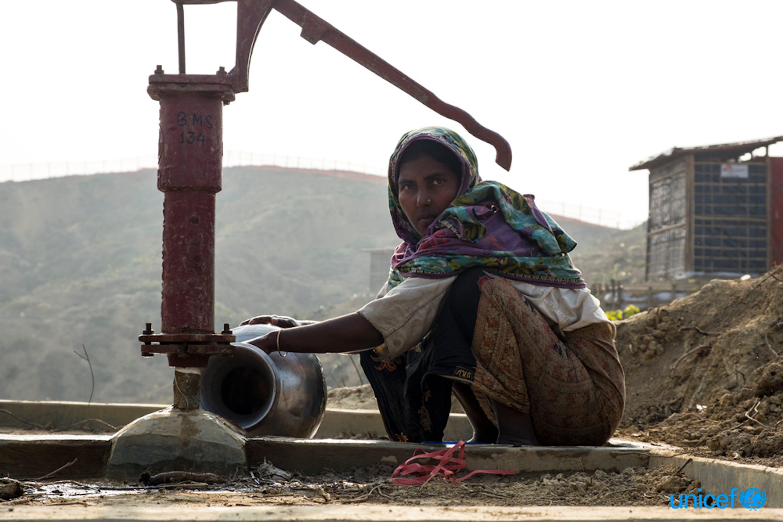 Senuara Begum, una rifugiata rohingya di  32 anni, raccoglie l'acqua per la sua famiglia a una pompa idraulica nell'insediamento di Balukhali, Cox's Bazar -  © UNICEF/UN0157490/Nybo