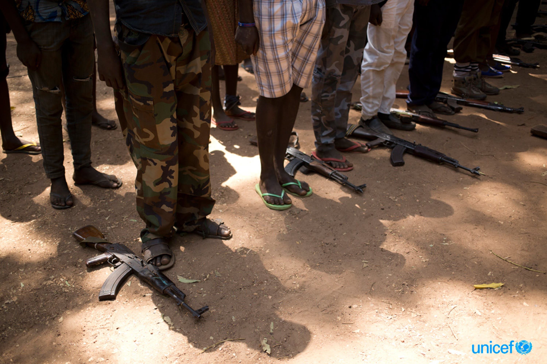 Sud  Sudan,  un gruppo di bambini associati ai gruppi armati depongono le loro armi  a terra durante la cerimonia di liberazione © UNICEF/UN0158701/Prinsloo