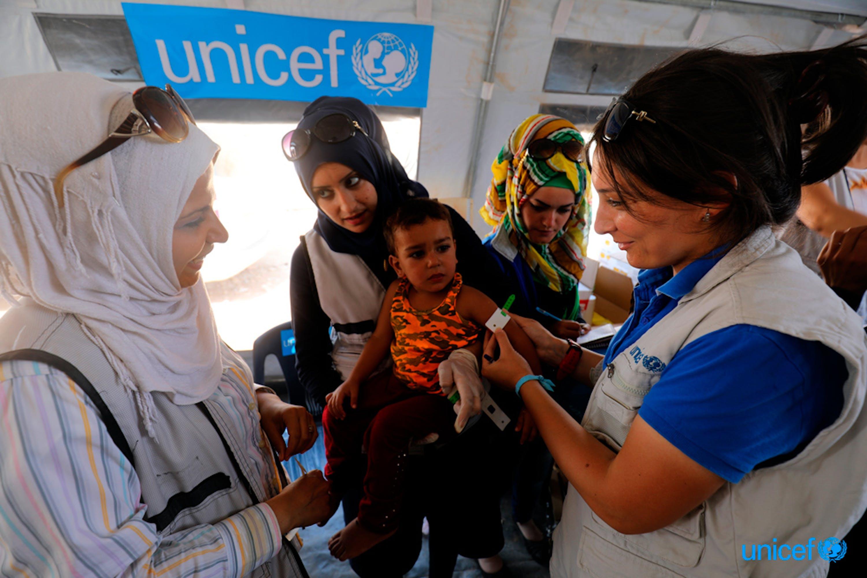 Siria , un bambino viene monitorato con  uno strumento antropometrico (MUAC) per verificare lo stato nutrizionale © UNICEF/UN078014/Souleiman