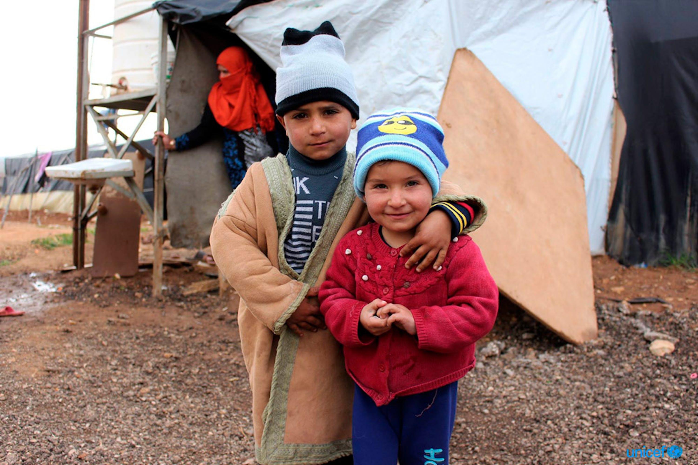 Adham e Lena, due rifugiati sirani in Giordania si abbracciano per stare al caldo - © UNICEF/Jordan
