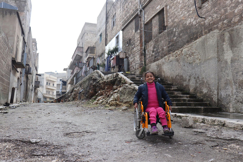 Hanaa, 8 anni, ha perso l'uso delle gambe in un bombardamento ad Aleppo (Siria) - ©UNICEF/UN0177793/Al Issa