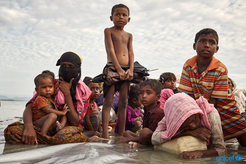 rifugiati Rohingya su una zattera fatta di tronchi - © UNICEF/UN0144601/Brown