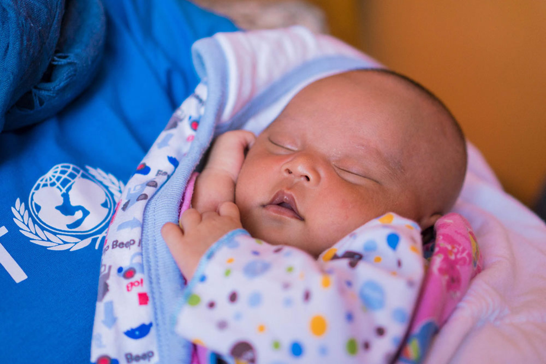 Laticia, 20 giorni, è nata in una clinica di Batu (Indonesia). La mamma aveva avuto contrazioni prima del termine, ma la levatrice ha riconosciuto i sintomi e l'ha subito indirizzata a una struttura adeguata - ©UNICEF/UN0148803/Van Oorsouw