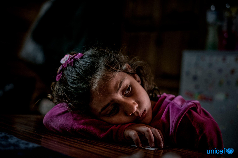 Mariem, una rifugiata siriana di 8 anni  nel campo profughi gestito dai volontari fuori Mytilini, Lesbo, in Grecia - © UNICEF/UN057954/Gilbertson VII Photo