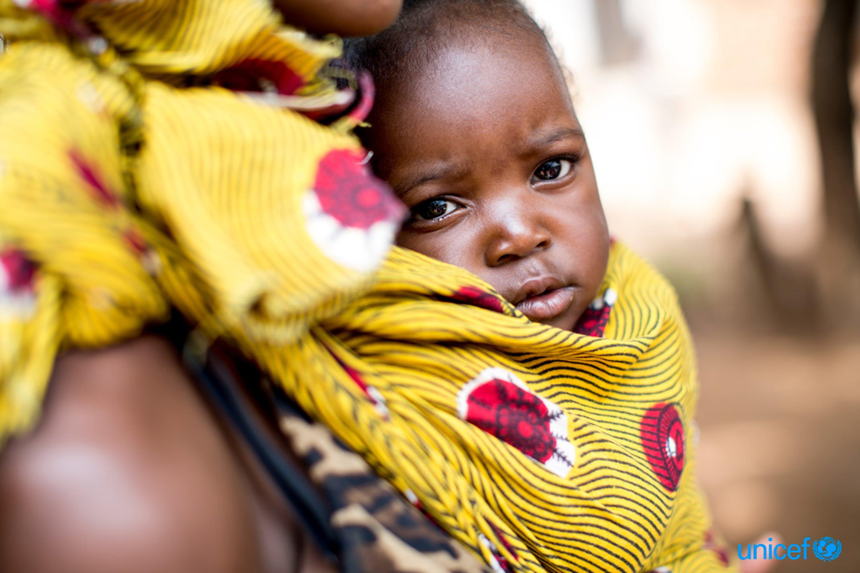 Mamma e bambino in una clinica comunitaria a Chibolele (Zambia), dove vengono praticati monitoraggio della crescita e vaccinazioni - ©UNICEF/UN0146018/Schermbrucker