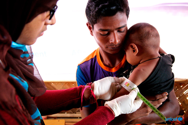 Un operatore sanitario esamina un bambino rifugiato Rohingya con uno strumento antropometrico  per determinare lo stato nutrizionale a Unchiprang (Bangladesh) - ©UNICEF/UN0158174/Sujan