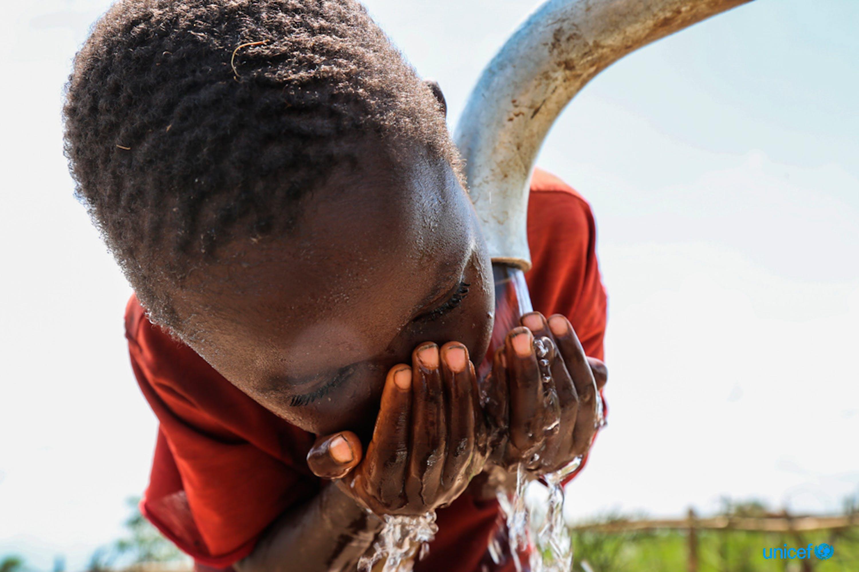 Un bambino beve da una fontanella appena installata dall'UNICEF nel villaggio di Kinyinya( Burundi) - © UNICEF/UN0185038/Haro