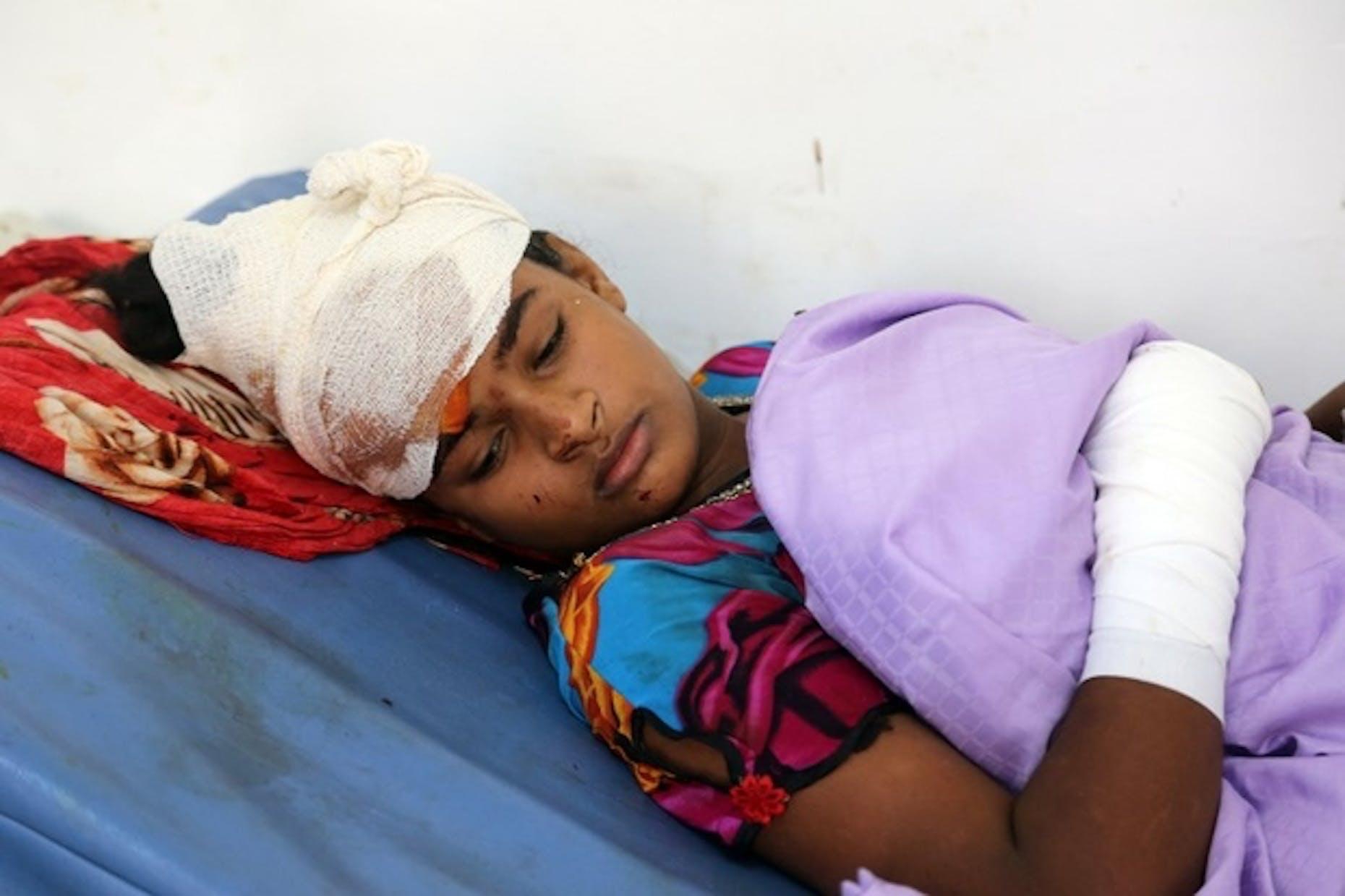 Un bambino ferito nel bombardamento aereo avvenuto il 2 aprile a Hodeidah (Yemen) - ©AFP