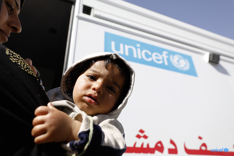 Ad Adra, nella Ghouta orientale, un bambino e sua madre entrano in una clinica  mobile supportata dall'UNICEF - © UNICEF/UN0187715/Sanadiki