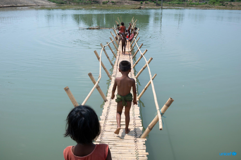 Bambini Rohingya su un ponte di bambù nei pressi del campo profughi di Shamlapur (Bangladesh) - ©UNICEF/UN0203395/Sokol