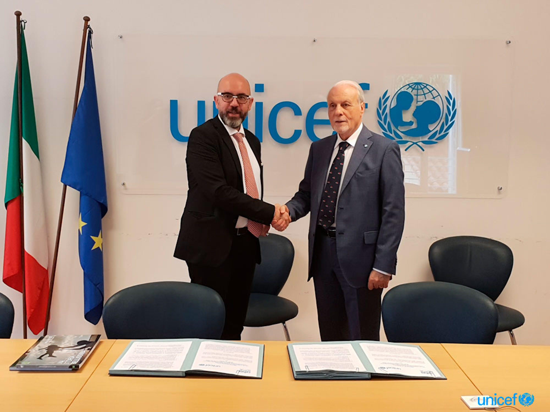 Angelo Argento, Presidente dell'associazione Cultura Italiae stringe la mano al Presidente dell'UNICEF Italia Giacomo Guerrera dopo la firma del protocollo - © UNICEF/Italia