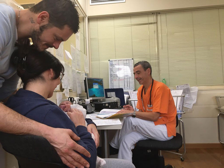 Una coppia con il suo bambino appena nato nell'Ospedale