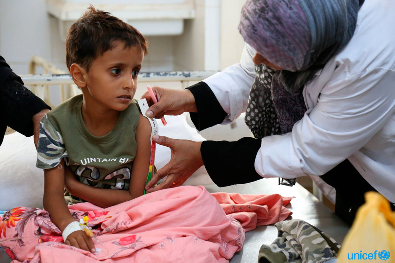 Nell'  Alsadaqah Hospital di Aden, un bambino sofferente di colera viene monitorato con uno strumento antropometrico per valuitare il suo stato nutrizionale - © UNICEF/UN078075/Fuad