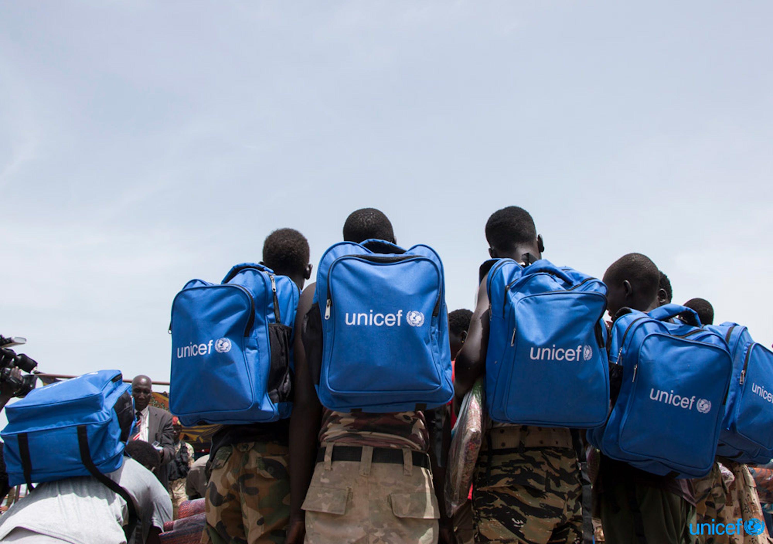 Sud Sudan - un gruppo di bambini appena rilasciato dai gruppi armati con gli zaini scolastici dell'UNICEF appena ricevuti durante la cerimonia - © UNICEF/UN0209625/Cho