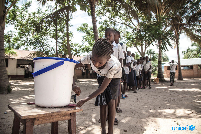 Per contenere l'epidemia di Ebola alcuni bambini si lavano le mani prima di entrare in classe © UNICEF DRC 2018