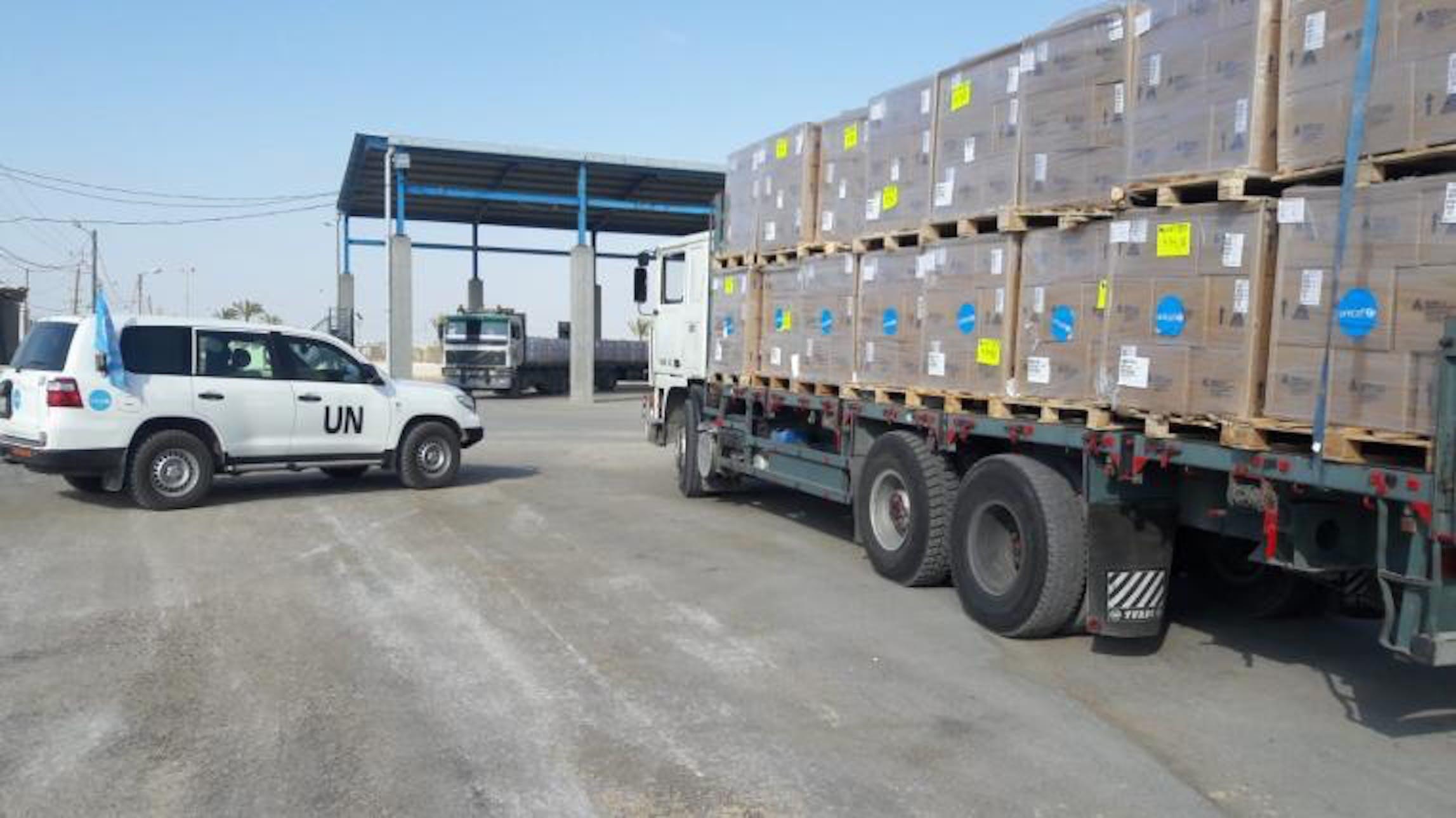 I due camion carichi di forniture sanitarie urgenti dell'UNICEF entrati ieri nella Striscia di Gaza - ©UNICEF Palestina/2018