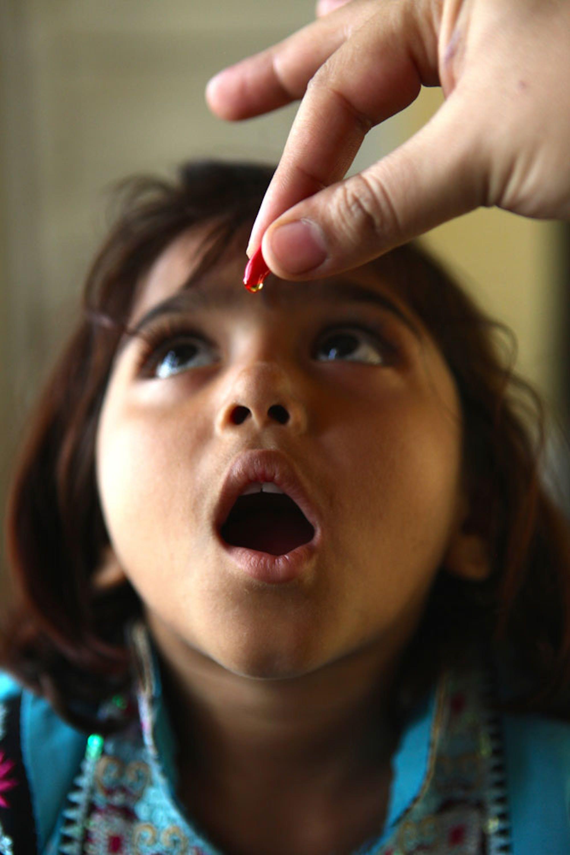 Una bambina riceve una dose supplementare di vitamina A nel villaggio di Khan Pur Baga Sher (Pakistan) - ©UNICEF/UN048391/Pirozzi