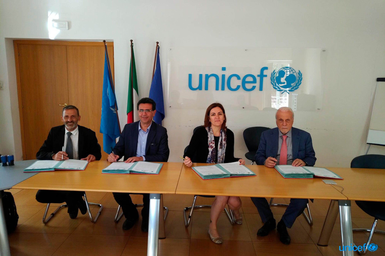 Da sinistra Francesco Passantino (consorsio Sol.co) , Edoardo Barbarossa (fondazione Èbbene), Anna Riatti e Giacomo Guerrera (UNICEF Italia) durante la firma del protocollo