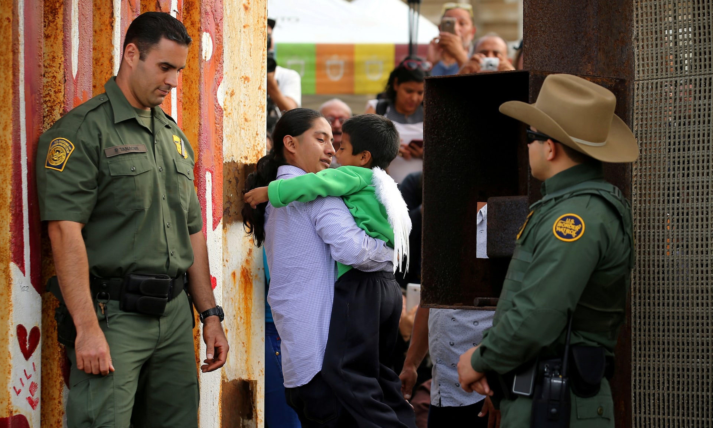Una mamma riabbraccia il suo bambino in una giornata di apertura straordinaria della frontiera tra Stati Uniti e Messico per consentire alle famiglie separate di incontrarsi - ©The Guardian