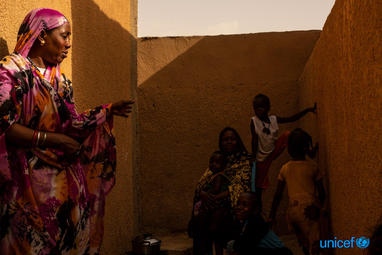 Donne sudanesi in un  alloggio, fornito dalle Nazioni Unite, per i migranti che vengono rimpatriati con la forza dall'Algeria ad Agadez, nel Niger - © UNICEF/UN0209681/Gilbertson VII Photo