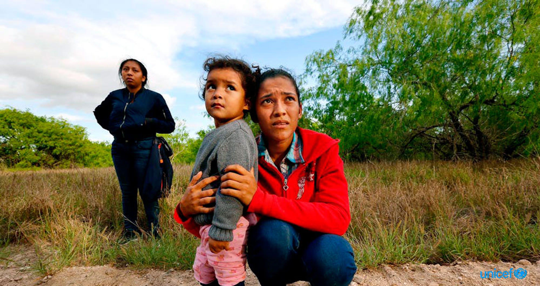 Madre e figlio intercettati alla frontiera in Texas: sono quasi duemila i nuclei familiari con bambini colpiti dalle nuove misure di