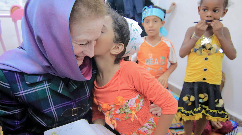 Il Direttore UNICEF Henrietta Fore con una bambina in una sala ricreativa dell'ospedale Alquateeh di Aden, seconda città dello Yemen - ©UNICEF/UN0219820