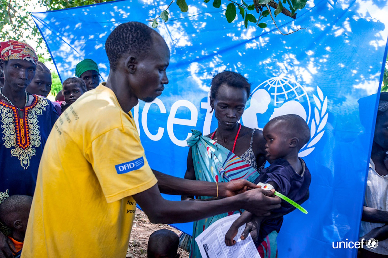 Sud Sudan - Un operatore sanitario misura la circonferenza  del braccio a un bambino malnutrito con uno strumento atropometrico - © UNICEF/UN034403/Rich