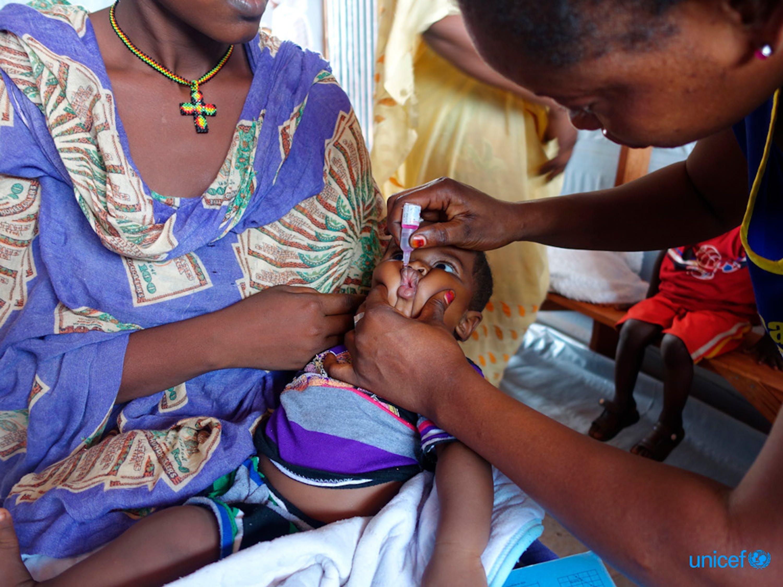Wau, Sud Sudan A Sabir, di 5 mesi, è stato somministrato un vaccino antipolio  Inoltre ha anche ricevuto un vaccino combinato per proteggerlo dal tetano, dalla difterite, dall'epatite, dalla pertosse e dall'influenza. © UNICEF/UN074135/O'Shea