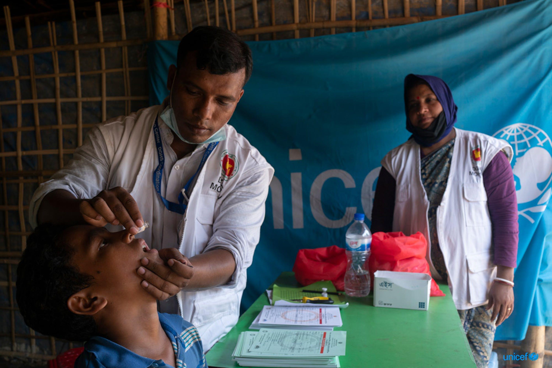 Un bambino rifugiato rohingya viene vaccinato contro il colera - © UNICEF/UN0208868/Sokol