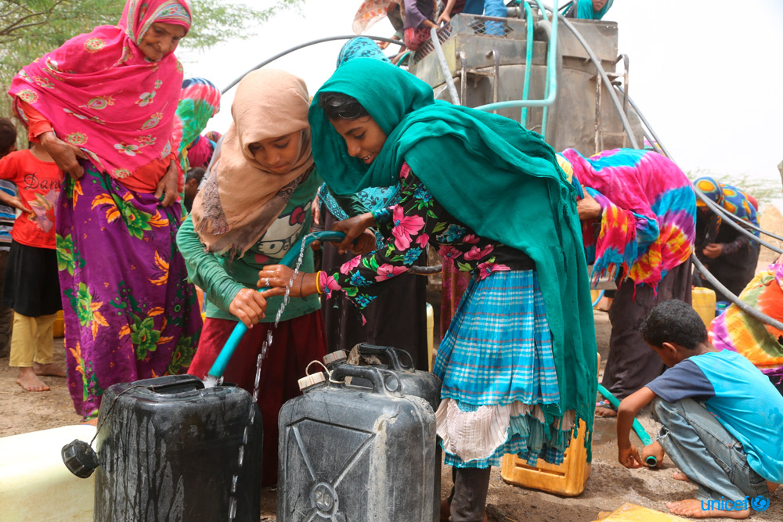 Yemen, donne e bambini riempiono le taniche d'acqua - © UNICEF/UN0216971/Ayyashi