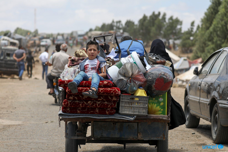 Siria, Una famiglia sfollata da Quneitra è alla ricerca di un posto sicuro dove rifugiarsi - © UNICEF/UN0219832/Al-Faqir