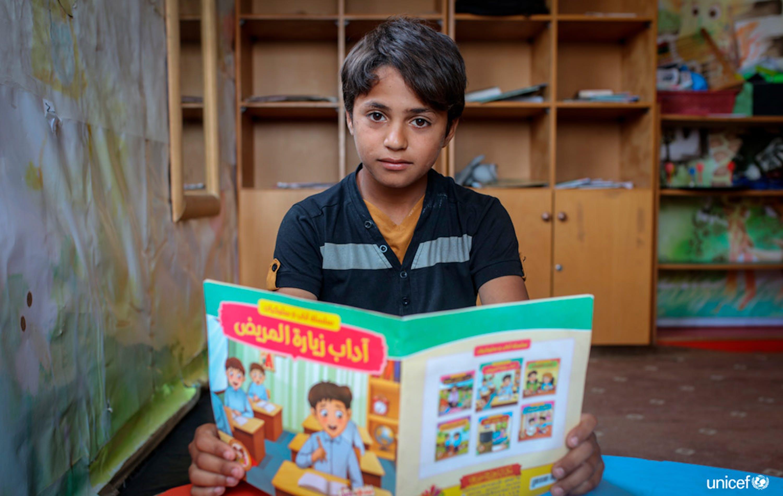 Palestina, Saleh di 14 anni legge un libro presso il centro di protezione dell'infanzia di Beit Lahiya, nel nord di Gaza - © UNICEF/UN0222646/ El Baba