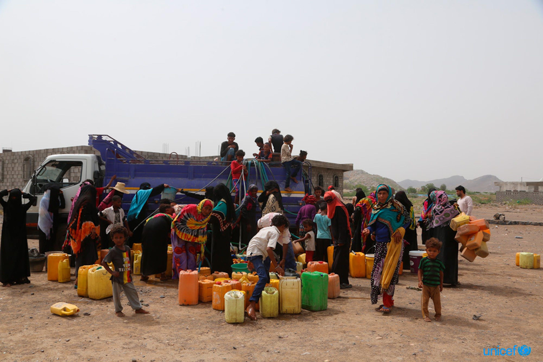 Yemen, donne e bambini riempiono taniche di acqua nel distretto Bajel di Hodeidah dove l'acqua scarseggia. © UNICEF / UN0216972 / Ayyashi