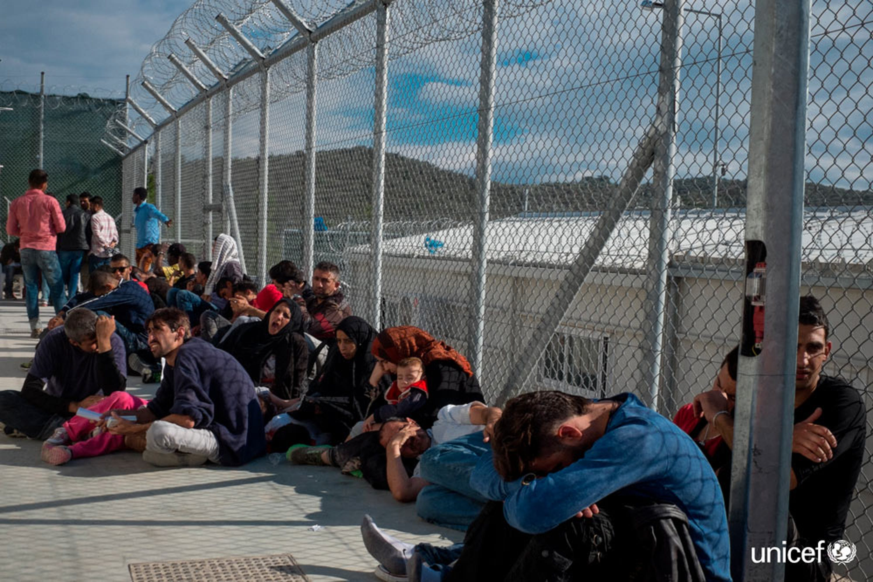 Isola di Lesbo - Grecia -  Alcuni minorenni e adulti all'interno del centro di accoglienza di Moria mi© UNICEF/UNI197532/Gilbertson VII Photo