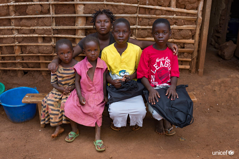 Congo - Stefanie (con la maglietta rossa) e le sue sorelle rimaste orfane della zia morta per l'epidemia di Ebola© UNICEF/UN0237336/Nybo