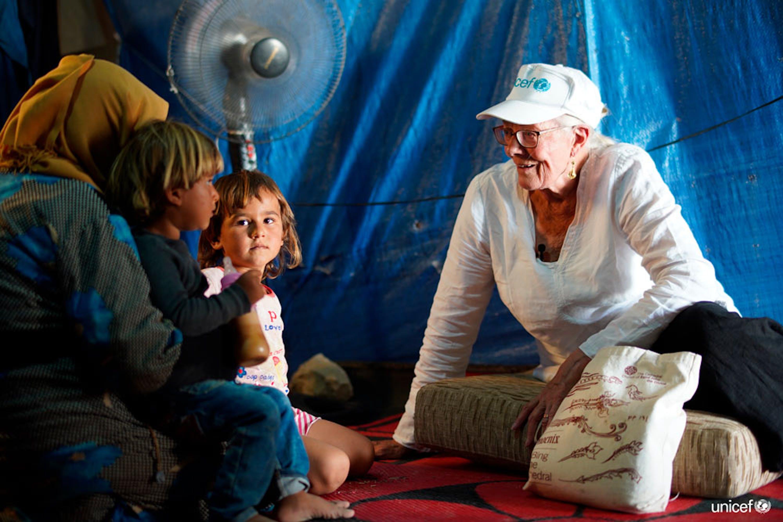 in Libano, l'Ambasciatrice di buona volontà dell'UNICEF Vanessa Redgrave (a destra) ha incontrato le famiglie di rifugiati siriane nell'insediamento informale di Housh al Refka nella Valle della Bekaa - © UNICEF/UN0237319/Choufany