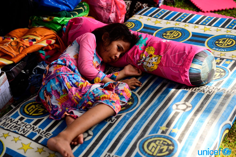 Hilwa, 6 anni, piange nel centro per senzatetto in cui si trova a Palu (Indonesia). La mamma si è allontanata per andare a cercare il suo fratellino, scomparso durante lo tsunami del 28 settembre © UNICEF/UN0240351/Wilander