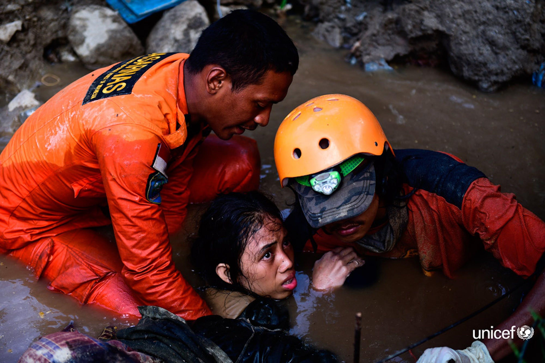 Dopo due terribili giorni Nurul (15 anni) è stata estratta dalle macerie della sua casa a Palu (Indonesia) - ©UNICEF/UN0239947/Arimacswilander