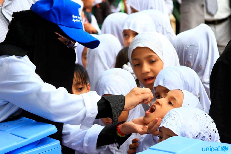 Yemen, nel distretto  Hazm Al-Udayn governatorato di Ibb.  un bambino viene vaccinato contro il colera.© UNICEF/UN0240862/Foa'ad