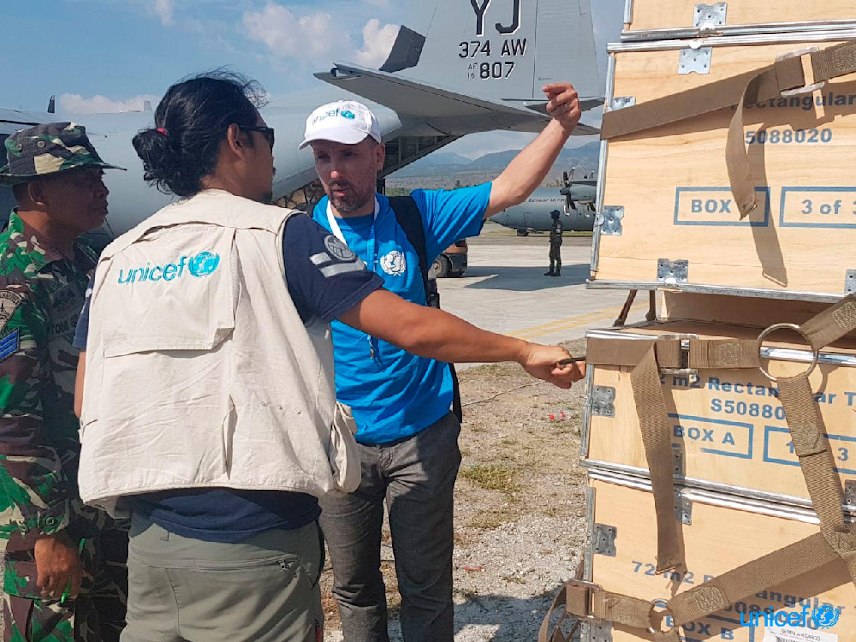 Ridwan Gustiana (Ufficiale sanitario di emergenza) e Stephane Arnaud (Senior Supply Officer) con il primo lotto di 33