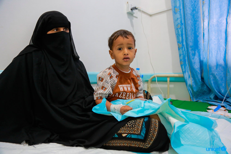 Yemen, un bambino viene curato dalla malnutrizione nel Alsabeen Hospital di Sanaa © UNICEF/UN073650