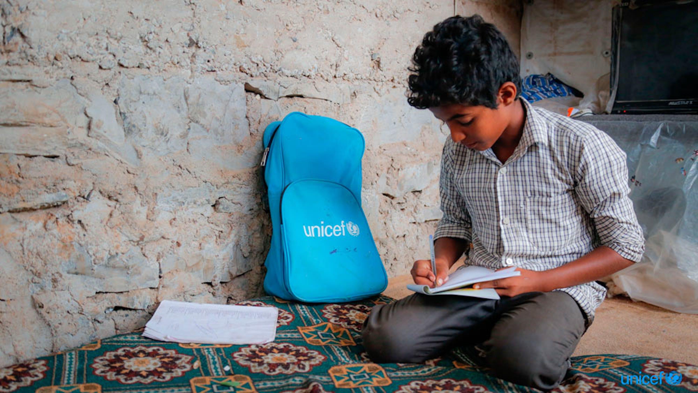 Azmi, dodicenne, è dovuto fuggire dalla sua casa a causa di un conflitto nello Yemen. Azmi vuole tornare a casa in modo che possa tornare alla sua scuola e rivedere i suoi amici. © UNICEF/UN0188088/Fuad