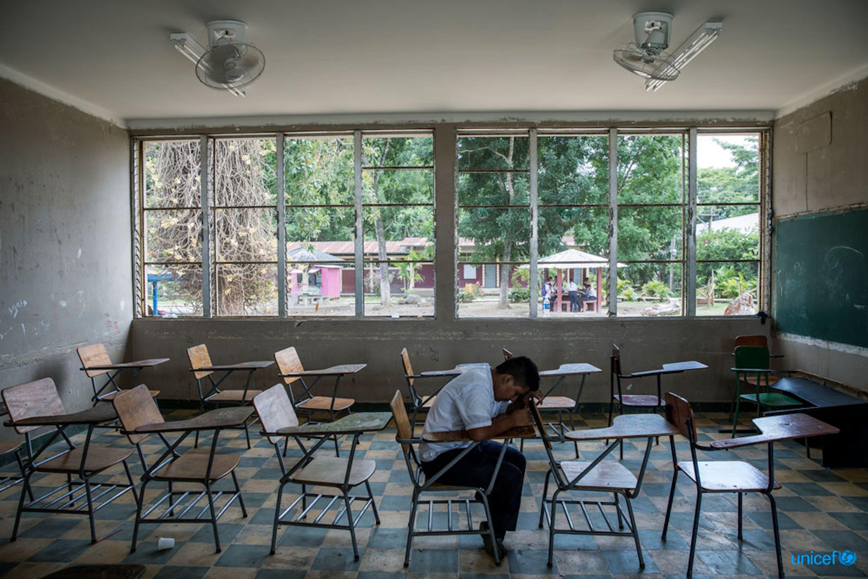 A Villanueva, in Honduras, Darwin, 16 anni,  è seduto sul banco di scuola che ha condiviso con il suo amico Henry che si è si è suicidato nel settembre 2016 perchè vittma del bullissimo. © UNICEF/UN0232616/Zehbrauskas