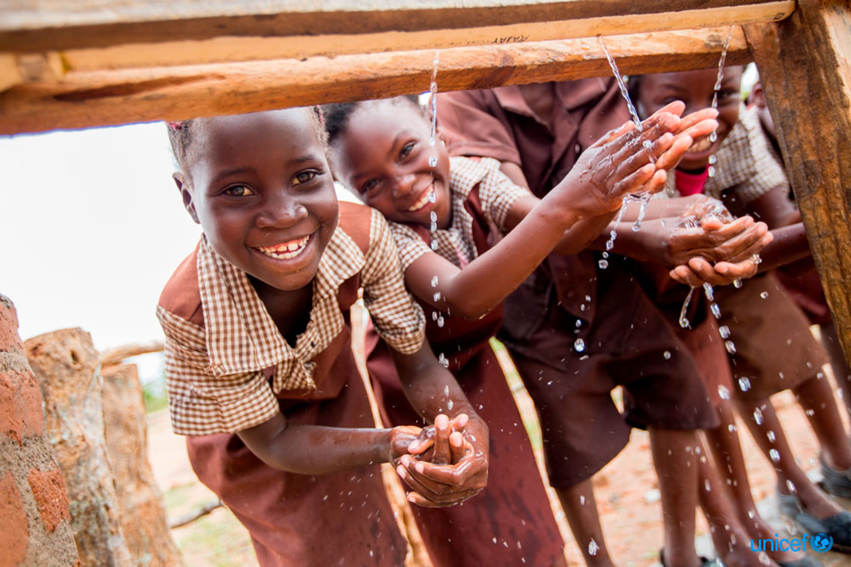 Zambia, nella scuola primaria di Kuzungula, alcuni bambini si lavano le mani - © UNICEF/UN0145995/Schermbrucker