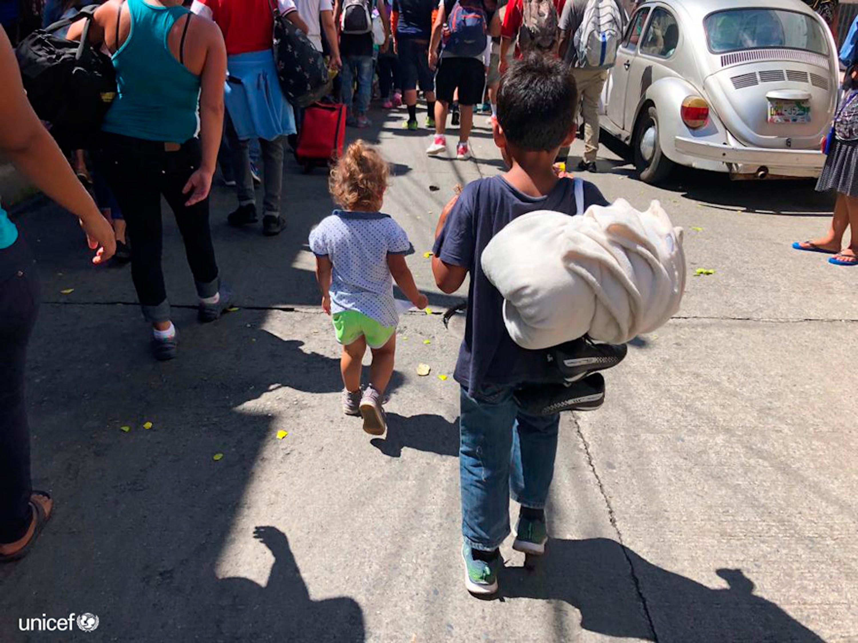 Alcuni bambini e gli adolescenti  che fanno parte di una carovana, nel Chiapas. Il team dell'UNICEF sta identificando i loro bisogni per supportare la risposta delle autorità e della società civile © UNICEF/Mexico