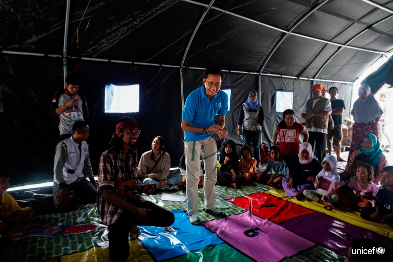 in Indonesia, i bambini colpiti dal terremoto e dallo tsunami giocano con una squadra di supporto psicologico sostenuta dall'UNICEF © UNICEF / UN0248742 / Veska